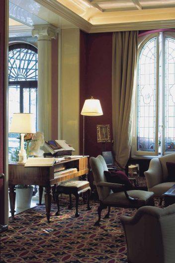 Vue du hall de l'hôtel avec fenêtres à double arcade