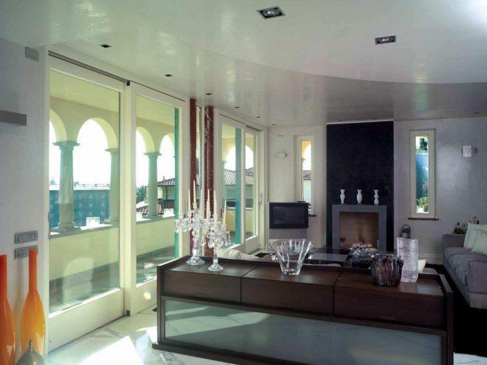 Coin salon de la Villa Bergamo avec deux portes coulissantes laquées blanches