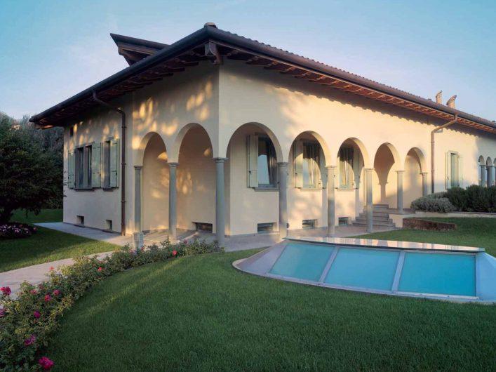 Vue de la villa avec fenêtres et volets