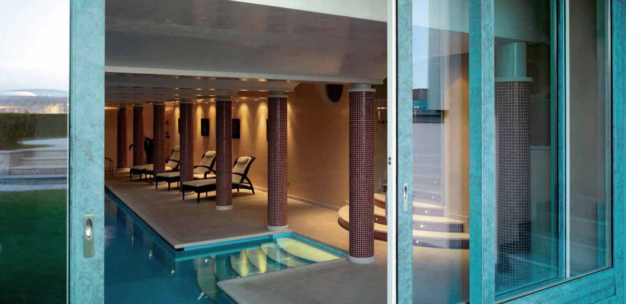 Vue de la porte coulissante à quatre portes de l'espace piscine