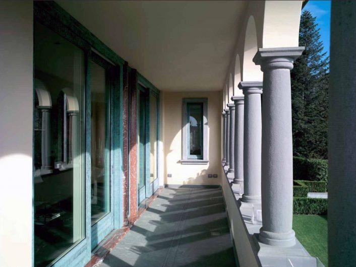 Vue sur le portique extérieur de la Villa Bergame avec portes coulissantes