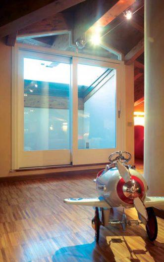 Vue intérieure de la porte coulissant avec deux portes laquées blanches