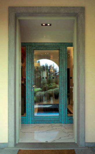 Détail de la porte d'entrée avec finition bronze cuivré
