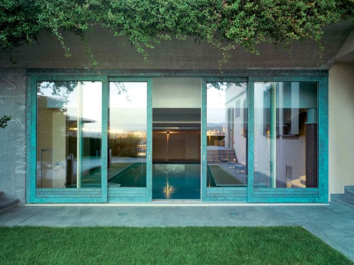 Vue de face de la porte coulissant de la piscine intérieure