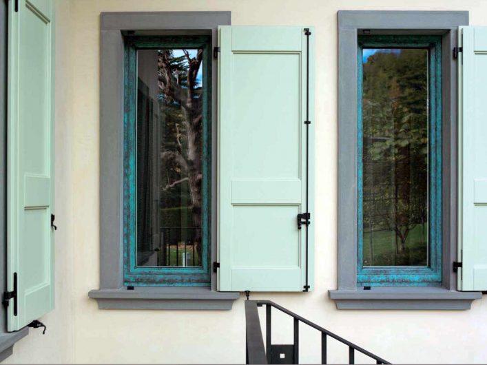 Vue extérieure des fenêtres avec volets en bois laqué