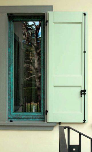 Détail d'une fenêtre avec une porte en bois laqué