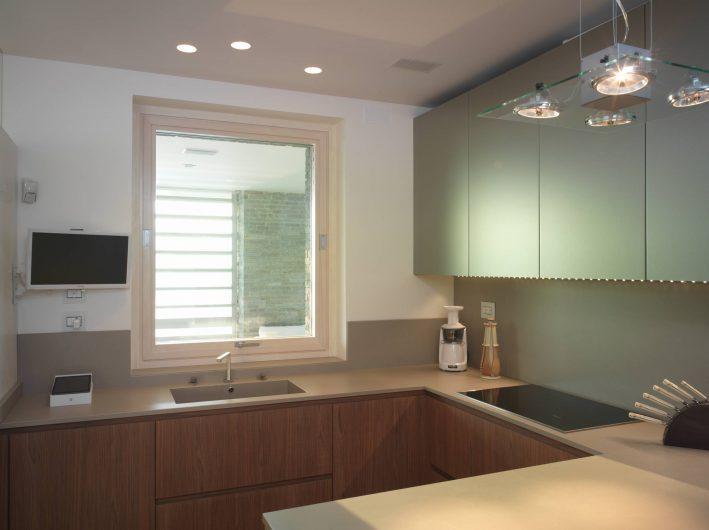 Fenêtre pivotante horizontale fermée de la cuisine