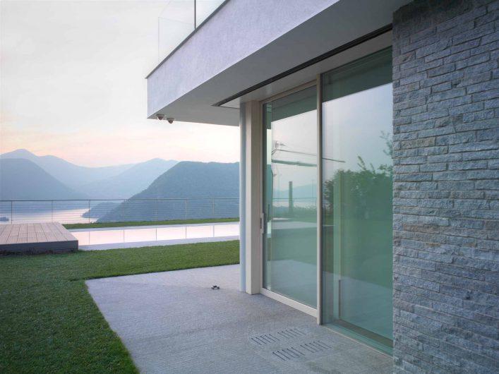 Vue de la porte coulissant laqué blanc avec fixe intégré