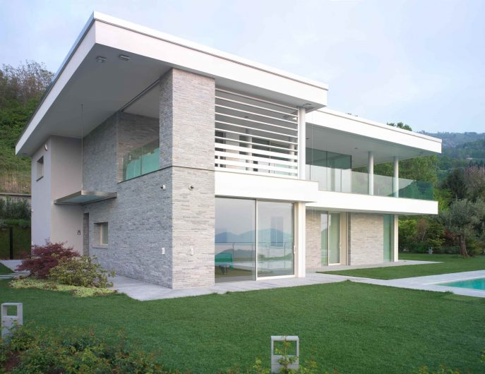 Vue de la façade de la villa aux fenêtres laquées blanches