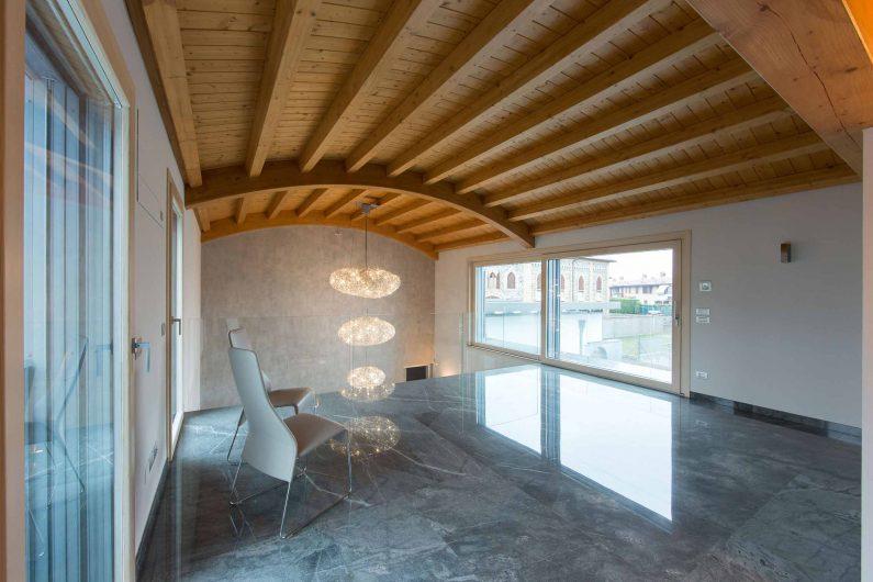 Vue du deuxième étage de la villa avec des fenêtres aux finitions naturelles