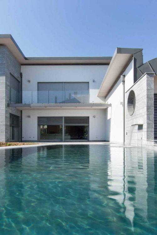Vue sur la piscine et la façade principale