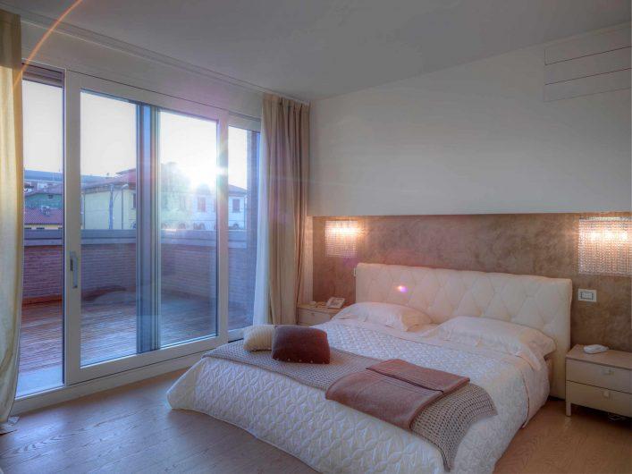 Vue de la chambre principale avec fenêtre levante et coulissante laquée blanche