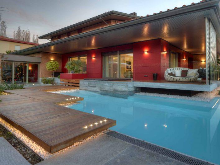 Vue de la piscine au coucher du soleil