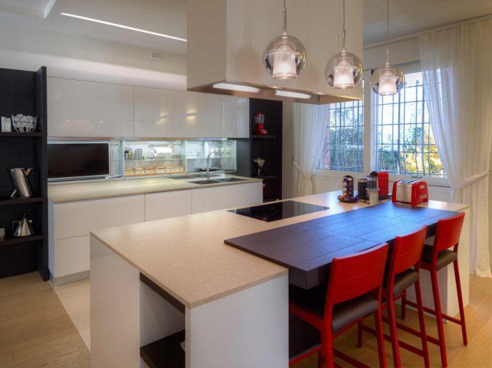 Vue de la cuisine avec fenêtre coulissante en arrière-plan