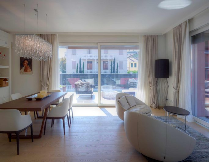 Vue du séjour de la villa avec porte fenêtre coulissante en arrière-plan