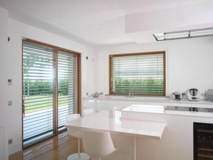 Vue des fenêtres de la cuisine avec brise-soleil en aluminium