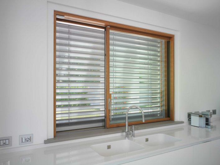 Détail de la porte coulissant de la cuisine avec brise-soleil avec cordon en aluminium