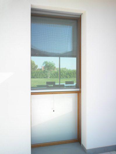Vue extérieure d'une fenêtre avec moustiquaire