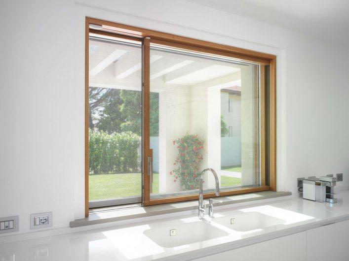 Détail de la fenêtre élévatrice et coulissante dans la cuisine