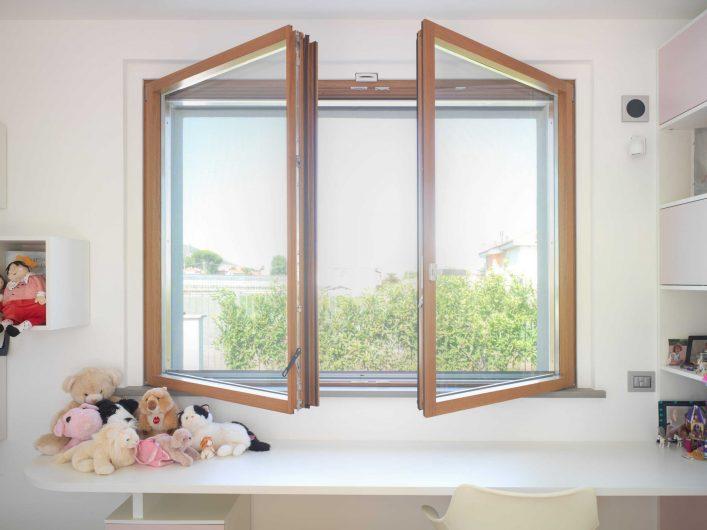 Vue de face de la fenêtre deux châssis dans la chambre