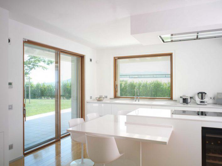 Vue de la cuisine avec fenêtres au fini naturel