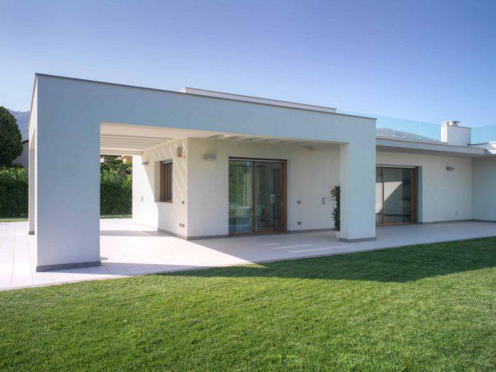 Vue du porche avec deux portes levantes et coulissantes