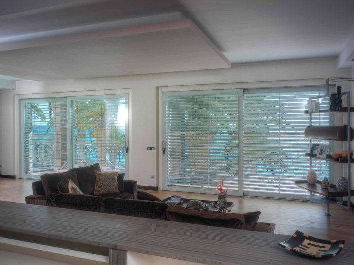 Vue du coin salon avec brise soleil en aluminium