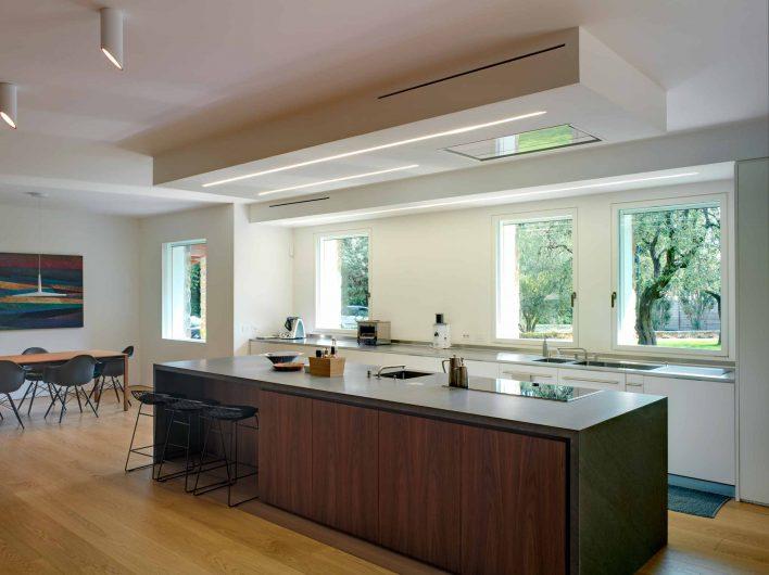 Vue de la cuisine avec baies vitrées laquées blanches