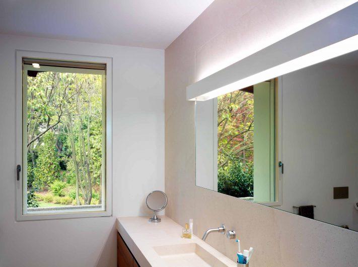 Vue de la salle de bain avec fenêtre simple Skyline