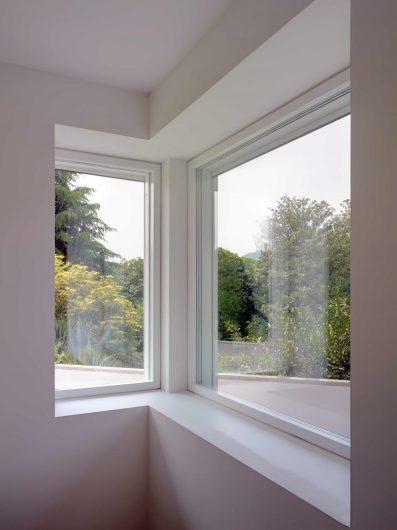 Vue intérieure de deux fenêtres Skyline disposées en angle