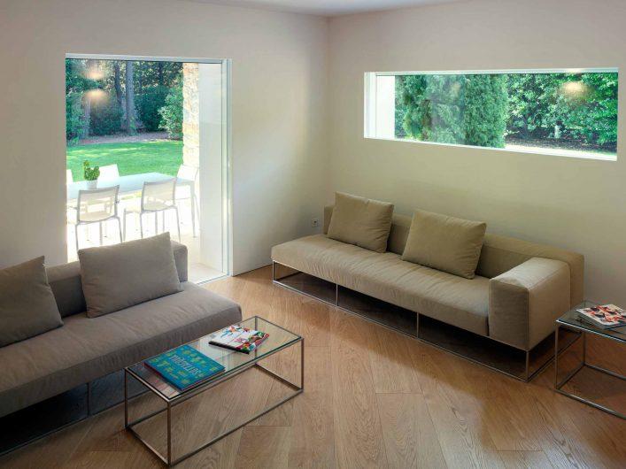 Vue de la pièce à vivre avec deux fixes intégrés