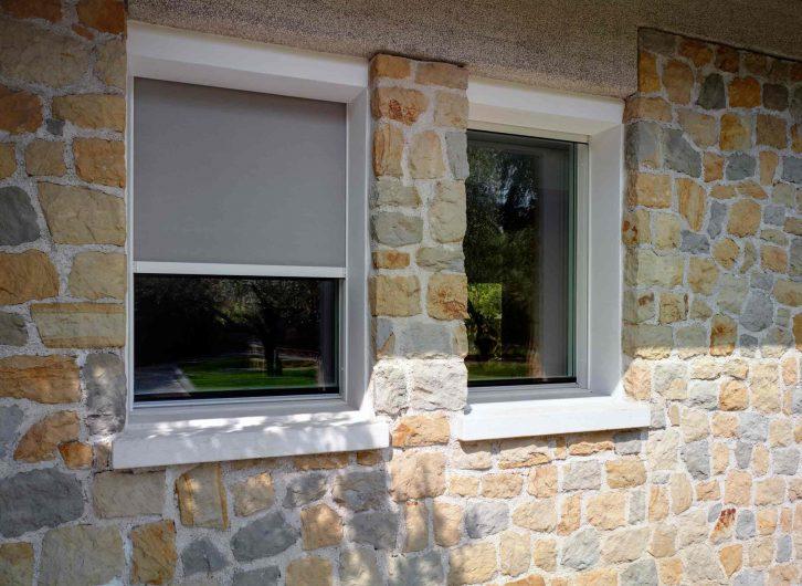 Vue extérieure des fenêtres avec tissu occultant