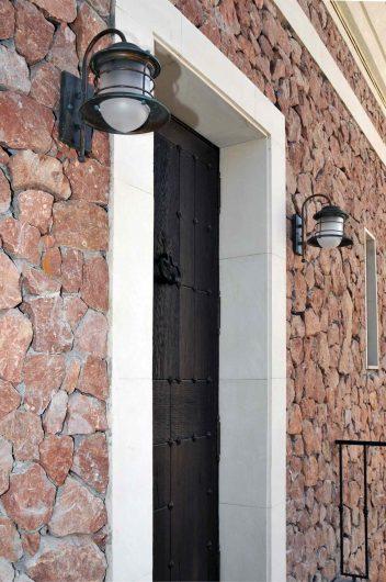 Vue détaillée d'une porte en bois aveugle avec détails en bronze