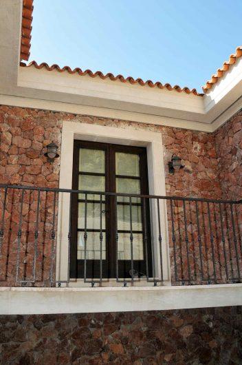 Vue extérieure d'une porte française à deux vantaux avec broches en bois