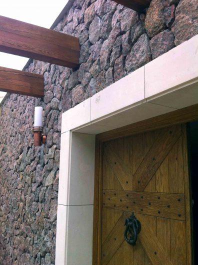 Détail d'une porte en bois aveugle avec des détails en fer
