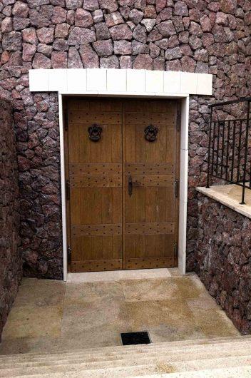 Vue de face d'une porte en bois avec deux portes avec des détails en fer