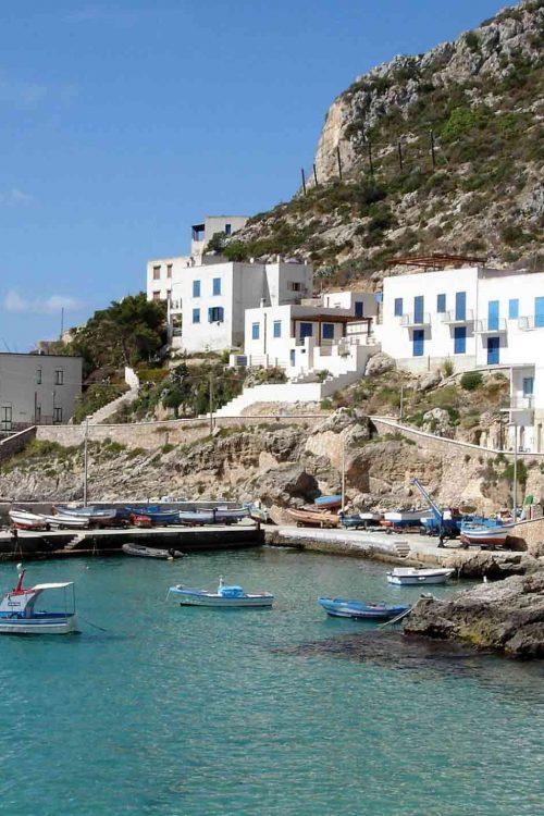 Bâtiments typiques des îles Egades avec vue sur la mer