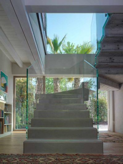Vue de l'escalier intérieur avec fenêtres fixes et porte Skyline en arrière-plan