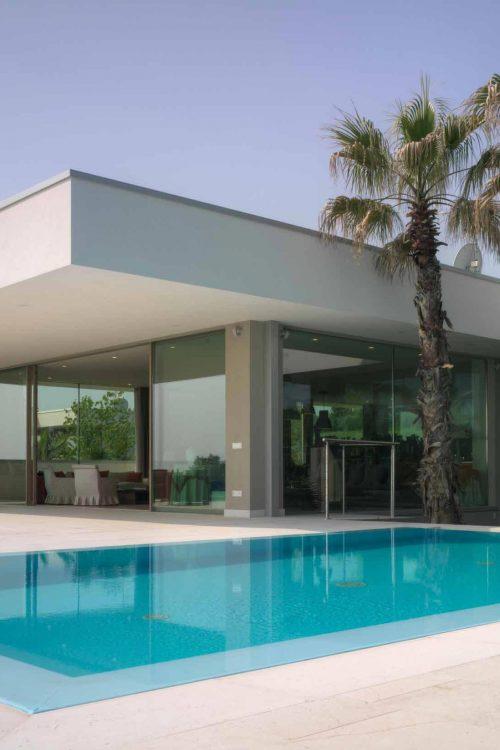 Vue de l'élévation sur la piscine avec portes coulissantes à quatre portes