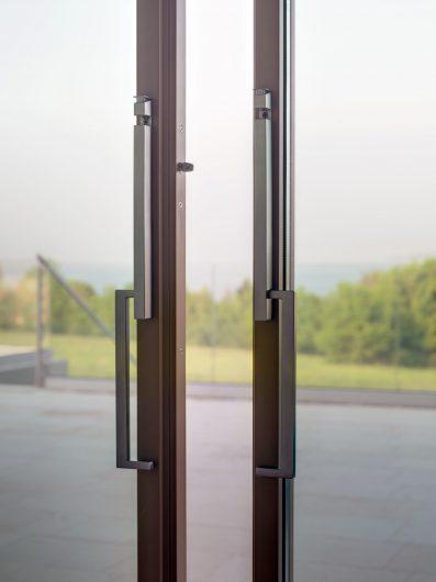 Détail des poignées de la porte coulissant ouvert