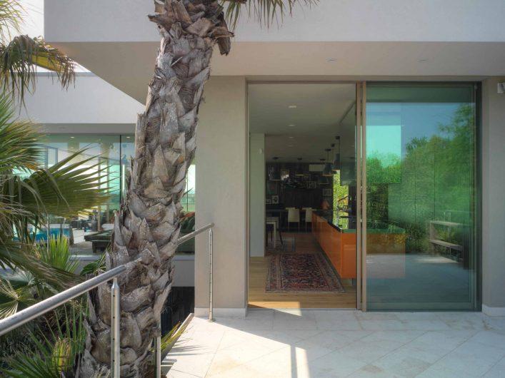 Porte coulissant en bois, format de fenêtre fermée avec finition naturelle