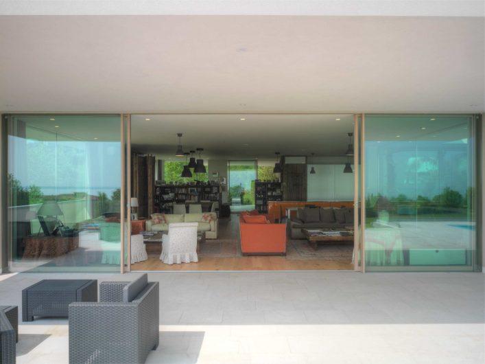 Fenêtre coulissant ouverte en bois avec finition naturelle