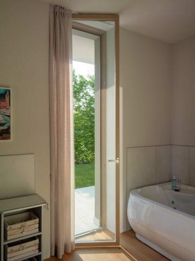 Vue de la porte fenêtre de la salle de bain en bois avec un exemple de finition laquée