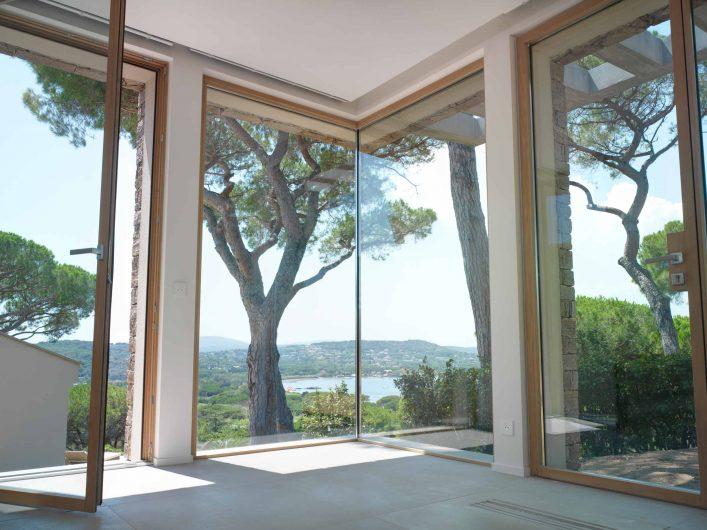 Détail de la porte-fenêtre, de la porte et du coin vitré avec verre fixe intégré installé dans la chambre