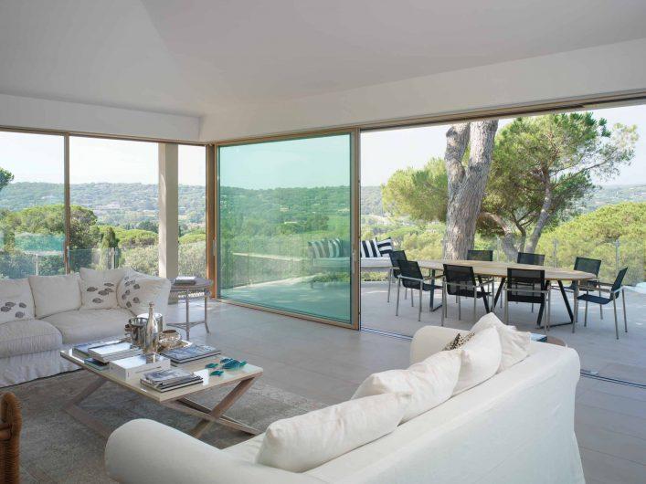 Vue sur la porte coulissant du salon de la Villa Saint Tropez avec coin ouvrant