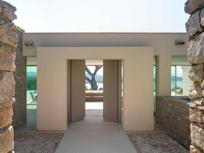 Vue de face extérieure de la porte aveugle à deux vantaux entièrement en bois