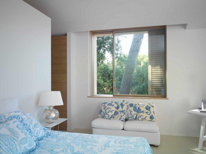 Fenêtre coulissant installé dans la chambre de la Villa Saint Tropez