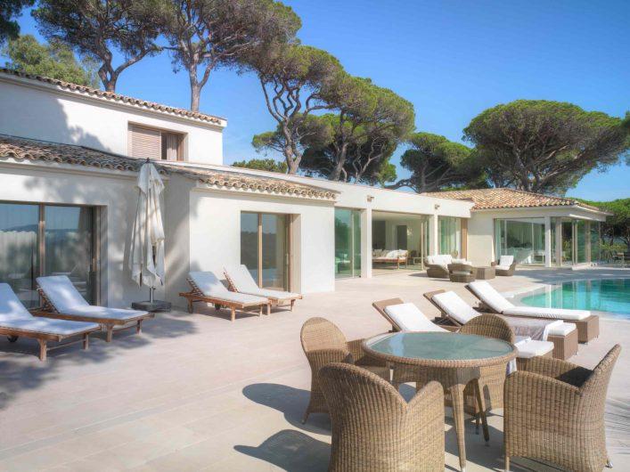 Patio extérieur de la Villa Saint Tropez avec portes coulissantes