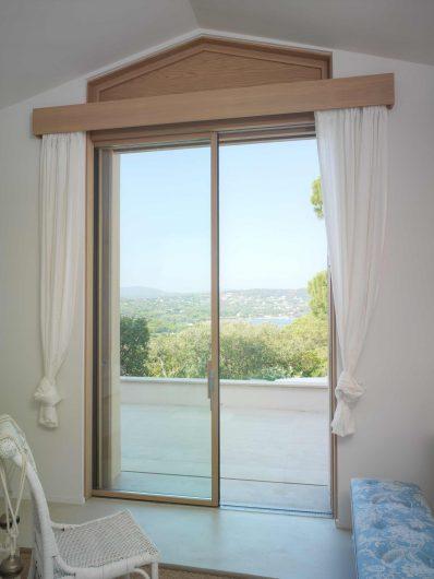 Vue de la porte coulissant avec porte simple qui disparaît dans le mur avec cache-cantonnière et profilés en bois
