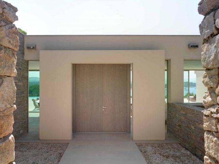 Vue de face extérieure de la porte aveugle avec deux portes entièrement en bois de chêne huilé